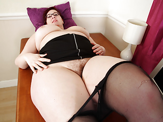 UK BBW milf Jayne Storm loves playing with her hairy fanny